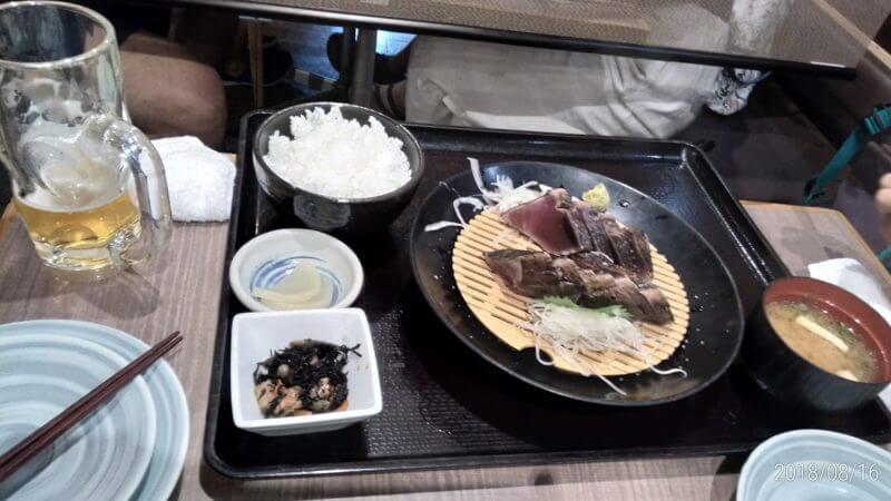 高知県で食べる、カツオのたたき