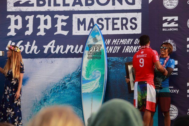 ビラボン・パイプマスターズで表彰されるカノア五十嵐選手
