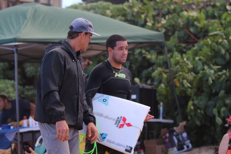 フリーサーフィン中にサーフボードを折ってしまったアドリアーノ・デ・スーザ選手